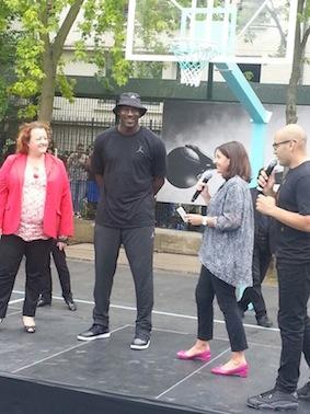 Michael Jordan inaugure un terrain dans le XXème arrondissement en compagnie de Anne Hidalgo.